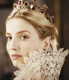 Annabelle Wallis as Queen Jane Seymour love the ruff (and I'm no big ruff fan), the tiara is also gorgeous I personally think history was too hard on her, afterall you don't tell a king no. Specially not after he just beheaded his previous wife