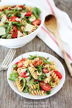 Salada de macarrão com rúcula.