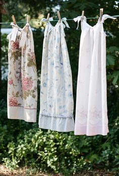 10 Ways to Repurpose Vintage Linens - She Holds Dearly - Pillowcase nighties or pillowcase aprons from vintage fabric! 10 Ways to Repurpose Vintage Linens - She Holds Dearly - Pillowcase nighties or pillowcase aprons from vintage fabric! Sewing Hacks, Sewing Tutorials, Sewing Crafts, Sewing Projects, Sewing Ideas, Easy Projects, Vintage Sheets, Vintage Fabrics, Vintage Sewing Patterns