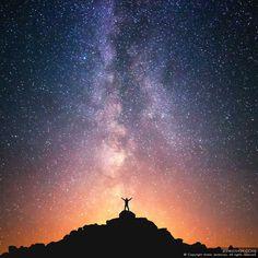 Nepal, Everest region, somewhere Lobuche and Gorak Shep village (~5,000 m) Я прикасаюсь к Вечности рукой. В горах так близко можно встретить Вечность... Боясь нарушить неземной покой, Я ввысь смотрю и вижу бесконечность. Так далека отсюда суета, Так мимолетны чаянья людские... Здесь только гор немая красота И неба величавая стихия. Когда бежишь над небом высоко На крыше мира крохотной букашкой - То дышится свободно и легко, И перед Вечностью предстать совсем не страшно... (Полтарева Ольга)