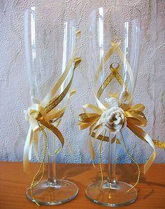 Idéias de decoração vidros de casamento     Fiquei apaixonada.                                                                             ... Diy Wine Glasses, Painted Wine Glasses, Champagne Glasses, Wedding Flutes, Wedding Glasses, Decoration Evenementielle, Wine Glass Designs, Wine Glass Crafts, Altered Bottles