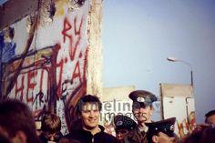Mauefall in Berlin, 1989 Johannes Vester/Timeline Images #1980er #1980s #80er #80s #Mauer #Graffiti #DDR #Wiedervereinigung #Reunion #Volkspolizei #Maueröffnung