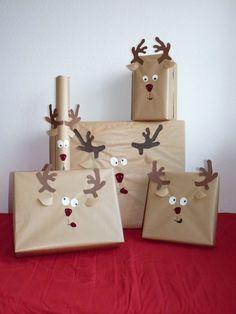 Envolver regalos con caritas de renos