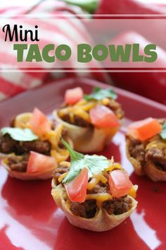 Check out this Mini Taco Bowls Recipe for a fun Dinner Idea for your kids! Mini Taco Bowls are great for kids or adults! Also they are super easy to make! Yummy Appetizers, Appetizers For Party, Appetizer Recipes, Appetizers Superbowl, Party Recipes, Fun Recipes, Mini Tacos, Fingerfood Party, Taco Bowls