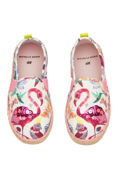 H&M 2018 SS Michelle Morin collection printed espadrilles girls Flamingo Shoes, Flamingo Outfit, White Flamingo, Flamingo Party, Boys And Girls Clothes, Kids Outfits Girls, Girls Shoes, H&m Fashion, Baby Girl Fashion