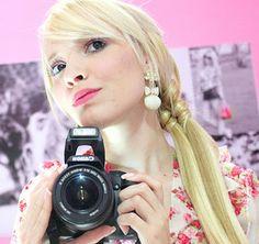 Taciele Alcolea  Essa Loirinha Simpática, Formada em Administração de Empresas, Vem cativando seu Publico com seu jeito doce e espontâneo, no Mundinho Pink como Barbie - http://www.tacielealcolea.com