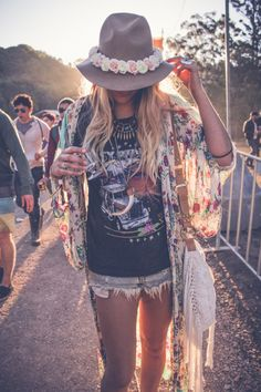 Modern hippie look with floral trimmed hat for some music festival style. FOLLOW> https://www.pinterest.com/happygolicky/the-best-boho-chic-fashion-bohemian-jewelry-gypsy-/< for the BEST 2015 Bohemian fashion trends.