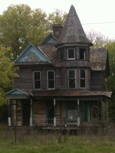 Beautiful and abandoned house in Kosse Texas. : Beautiful and abandoned house in Kosse Texas. Old Abandoned Buildings, Abandoned Castles, Old Buildings, Abandoned Places, Spooky Places, Haunted Places, Old Mansions, Abandoned Mansions, Texas Mansions
