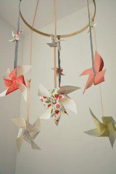 mobile bébé créatif à faire soi-même en moulins à vent en papier plié