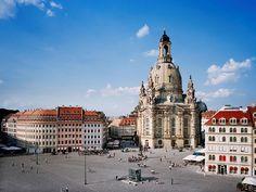 """El hito Frauenkirche (""""Iglesia de Nuestra Señora""""), una obra maestra barroca diseñada por el arquitecto de la ciudad de Dresde George Bähr, fue reconstruido de los escombros en el año 2005. Se eleva sobre el centro histórico de la ciudad de Dresde, en la plaza Neumarkt."""