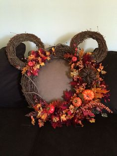 DIY Top Thanksgiving Home Decorating Tips Mickey Mouse Wreath, Mickey Mouse Crafts, Mickey Mouse Halloween, Fall Halloween, Halloween Garland, Diy Fall Wreath, Fall Diy, Holiday Wreaths, Wreath Ideas