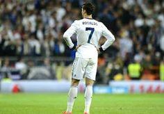 """8-Jun-2013 11:09 - CR 7 LIJKT TOCH TE VERLENGEN BIJ REAL. Superster Cristiano Ronaldo speelt ondanks alle geruchten volgend jaar waarschijnlijk gewoon weer in Madrid. De Portugese balkunstenaar heeft voor het eerst in maanden duidelijkheid over zijn toekomst verschaft, meldt VI. """"Ik voel me prima, blijf kalm en maak me geen zorgen. Ik weet zeker dat we tot een akkoord zullen komen"""", liet hij optekenen. Ronaldo is nog tot 2015 bij De Koninklijke in loondienst en spreekt over een..."""