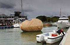 A casa ovo  Ela é perfeita para quem sonha em viver sobre a água, mas quer uma casa em vez de um barco (Foto: Divulgação)