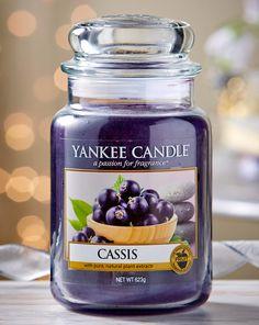 La fragancia cassis de Yankee Candle se basa en la grosella negra. Si te gustan los olores frutales sutiles, con toques florales y frescos, es una fragancia que deberías probar.