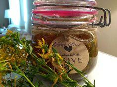 Připravme si domácí třezalkový olej dle našeho foto receptu. Třezalkový olej se vyrábí z třezalky tečkované (Hypericum perforatum), což je asi nejznámější představitelka rostlin z rodu třezalka. Mason Jars, Mugs, Tableware, Gardening, Dinnerware, Tumblers, Tablewares, Lawn And Garden, Mason Jar
