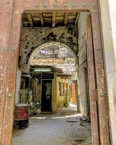 Un portal de la Habanavieja #havana #habana #habanavieja #cuba #oldbuilding #door #portal #patio #loves_details #loves_cuba #loves_habana #ig_cuba #ig_habana #ig_streetphotography #loves_decay #ig_decay