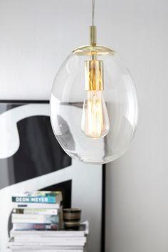 Loftlampe af klart glas med detaljer af messing. Højde 25 cm. Ø 20 cm…
