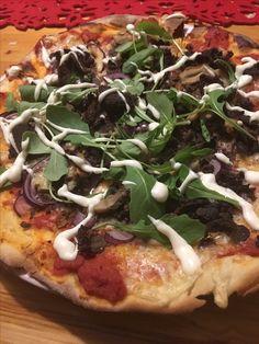 Lyxpizza från Stöttningfjället  Pizza med älgskav, trattkantareller och rödlök toppad med ruccola och aioli.