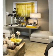 Uma casa cheia de charme e de cor para receber os amigos. O aparador funciona como uma mesa bar. O amarelo foi a cor escolhida pra destaque.