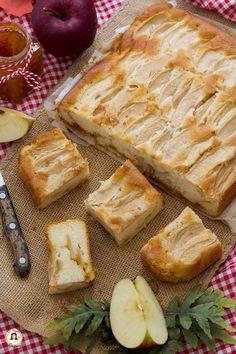 TORTA DI MELE E MARMELLATA senza burro. Un dolce facile, preparato con ingredienti semplici. Adoro le torte di mele, ma questa ricetta è veramente la più buona che abbia mai preparato. La ricetta è di mia suocera. E' speciale perchè al suo interno, ha un cuore ricco di mele e marmellata di albicocche. Il risultato sarà un dolce morbido e umido al punto giusto, quasi cremoso. Preparatela perchè andrà a ruba. Ricetta con e senza Bimby. Jam Tarts, E Recipe, Italian Cake, Best Italian Recipes, Kid Friendly Meals, Biscotti, Baked Goods, Sweet Recipes, Good Food