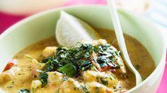 In der asiatischen Kokossauce  schwimmen Jakobsmuscheln, Garnelen und Seeteufel: Meeresfrüchte-Curry   http://eatsmarter.de/rezepte/meeresfruechte-curry-1