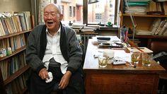 Zhou Youguang näki Qing-dynastian lopun, työskenteli Wall Streetillä ja ystävystyi Einsteinin kanssa – Kiinan kielen mullistaja kuoli 111-vuotiaana Lauantaina kuollut Zhou Youguang loi pinyin-järjestelmän, joka mahdollistaa nykyisin muun muassa tekstiviestien kirjoittamisen kiinan kielellä. *** Kiinan kielen oppimista helpottavan pinyin-järjestelmän luonut Zhou Youguang antoi haastattelun HS:lle työhuoneessaan Pekingissä vuonna 2011.