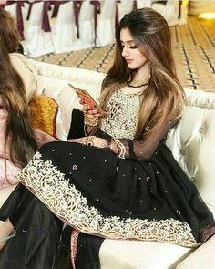 Jannat Mirza looking elegant in black … Bridal Mehndi Dresses, Bridal Dress Design, Pakistani Wedding Dresses, Pakistani Dress Design, Pakistani Outfits, Indian Outfits, Emo Outfits, Bridal Lehenga, Pakistani Party Wear
