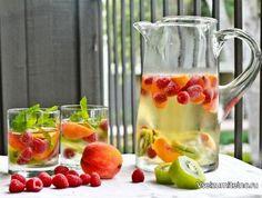 Рецепт сангрии с персиками и малиной   Ингредиенты:  1 бутылка белого вина (к примеру, Совиньон Блан) 2 персика 400 грамм малины 2 киви Мята Сироп (по желанию)  Лёд  Смешай в большом кувшине вино с ягодами, порезанными фруктами и мятой. Чтобы сангрия получилась слаще, добавь сироп. Охлаждай в холодильнике около часа. Добавь лёд и подавай.