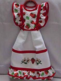 Vestido composto por pano de prato bordado a máquina. Cores e bordados a escolher.