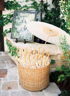 15 idées très ingénieuses pour votre mariage en plein air ! - cadeau invité : des ombrelles