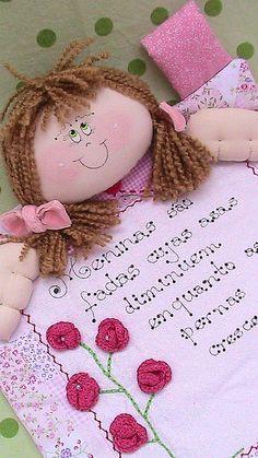 Panô de menina,para enfeite de porta.Com aplicação de flores de crochê e botõezinhos. Pode ser feito em qualquer cor,para menino também. havaiangra@gmail.com