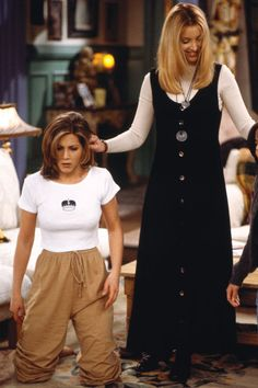 34 Rachel Green Fashion Moments You Forgot You Were Obsessed With on Friends People thought her hair was the best thing about her, but all of those people are dead wrong. Her clothes are. All hail the late layering of Rachel Green. Rachel Green Outfits, Estilo Rachel Green, Rachel Green Style, Rachel Green Friends, Rachel Green Fashion, Rachel Green Hair, Fashion Guys, Friends Fashion, Fashion Models