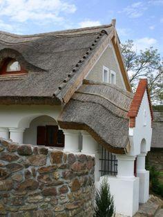 Csodás parasztházak, melyek minden porcikájukban őrzik a hagyományt | Sokszínű vidék Traditional House, Rustic Wood, Hungary, My Dream Home, Home Projects, Countryside, Building A House, Cabin, Architecture