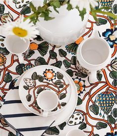 Outdoor dining tips with Marimekko and the Tiara pattern designed by Erja Hirvi. Marimekko Fabric, Scandinavia Design, New Print, Fabric Online, Textile Design, Tea Party, Printing On Fabric, Pattern Design, Print Patterns