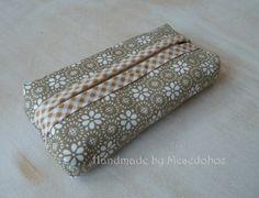 Natúr papírzsebkendő tartó Natúr anyagból készítettem ezt a kis zsebkendőtartót. Középen könnyen ki illetve behelyezhetők a zsepik, így nem kell kis csomagos zsepire költeni. Ráadásul sokkal szebb is :)