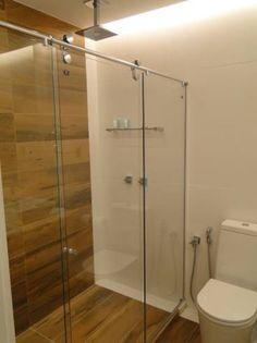 Porcelain tile that imitates wood in the bathroom Small Bathroom, Master Bathroom, Wc Decoration, Bathroom Inspiration, Sweet Home, Bathtub, House Design, Home Decor, Casa Clean