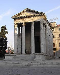TEMPLO ROMANO. El templo romano se conformó en base a la tradición de dos mundos: el etrusco y el griego. Estaban atendidos por sacerdotes adscritos que administraban el templo y todo lo concerniente a los ritos con sus dioses.