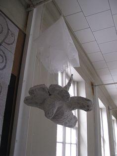parachutemuis 2 muizen met een menselijk trekje: opgebouwd uit proppen krantenpapier en dan met houtpulp en acrylverf bewerkt.  Op een sokkel gezet indien nodig Reinhilde Debruyne
