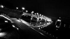 Le #pont Saint-Pierre de #Toulouse passe au-dessus de la #Garonne et relie la place Saint-Pierre à l'hospice de la Grave. C'est un pont au tablier métallique, entièrement reconstruit en 1987.  Au premier plan, une esplanade ouverte en pierre blanche remplace le vieil escalier en brique rouge depuis 2014.  Désormais, de la place du #Capitole on arrive naturellement sur les berges de la #Garonne par la rue Pargaminières.  Cela devrait devenir l'un des lieux favoris des #toulousains. Toulouse, Place Saint Pierre, Capitole, Berges, Grave, Concert, Steel Deck, Bridge Pattern, Places