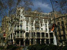 La #CasaFuster es un impresionante edificio de diseño #modernista que corona el tramo final del #PaseoDeGracia en #Barcelona y que representa uno de los hitos del estilo... http://www.guias.travel/blog/si-no-has-visto-la-casa-fuster-no-sabras-del-modernismo-barcelones/