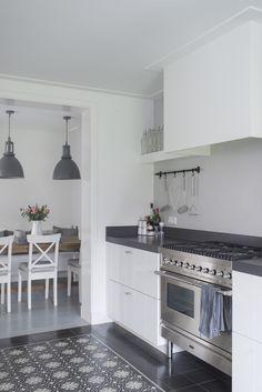 Shared by www. Swedish Kitchen, New Kitchen, Kitchen Dining, Kitchen Decor, Kitchen Cabinets, House Furniture Design, Best Kitchen Designs, House Inside, Little Kitchen