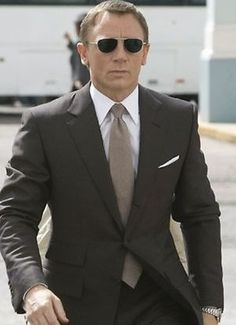 Daniel Craig as James Bond in 'Quantum of Solace' (2008). Craig's suit is by Tom Ford (my favorite brand). And that is a boss tie!