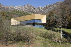 Camillo Botticini e la sua Alps Villa - Abitare Cadre Design, Villa, Northern Italy, Interior Architecture, Sweet Home, Cabin, Deco, House Styles, Building