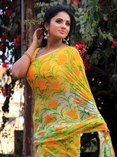 Exclusive stunning photos of beautiful Indian models and actresses in saree. Beautiful Bollywood Actress, Beautiful Indian Actress, Beautiful Actresses, Beauty Full Girl, Beauty Women, Most Beautiful Women, Beautiful Outfits, Floral Print Sarees, Printed Sarees