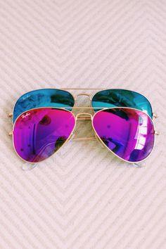 mode année 80 lunettes de soleil aux verres colorés en bleu turquoise et fuchsia effet miroir