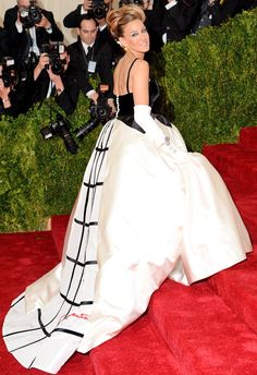 Now this is how you make an entrance! The actress was one of the first to arrive in an Oscar de la Renta gown.