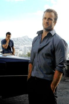 Scott Caan, shamelessly tie-free. (with a dash of Alex too) ;-P