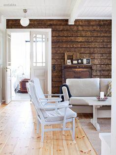 Love this dark textured wall against all the white. Log Cabin Furniture, Rustic Wood Furniture, Western Furniture, Furniture Design, Log Home Interiors, Wood Interiors, Cabin Homes, Log Homes, Knotty Pine Decor