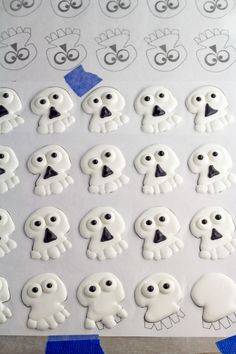 Easy Skull Royal Icing Transfers to decorate your sugar cookies and cupcakes via thebearfoootbaker.com