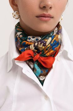 Latest Silk Scarf Ideas Trends for Women in 2018 – Mode Frauen 60 – Scarf Ideas 2020 Ways To Wear A Scarf, How To Wear Scarves, Wearing Scarves, Scarves For Women, Look Fashion, Autumn Fashion, Fashion Tips, Womens Fashion, Fashion Ideas